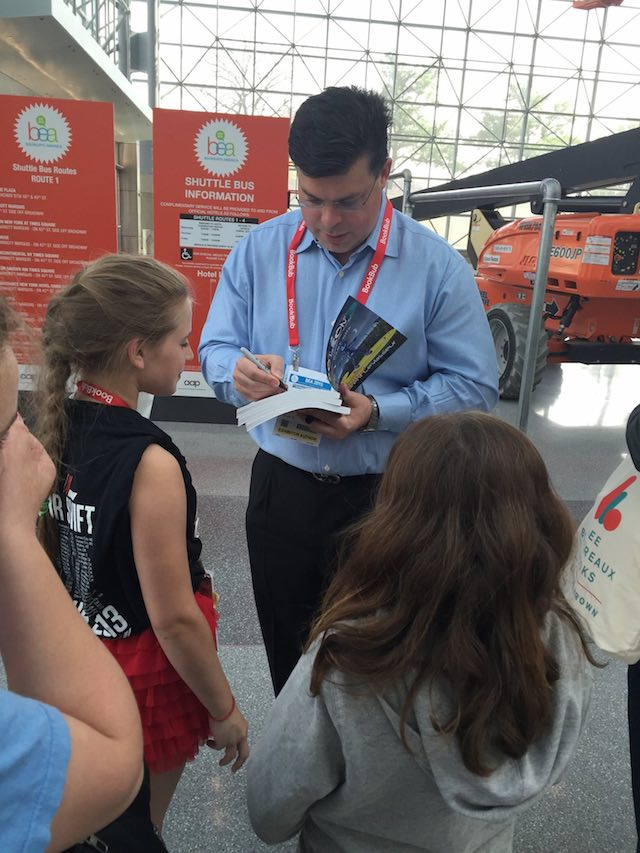 BEA2015-Autographing Aoleon Book for Kid Fans 02