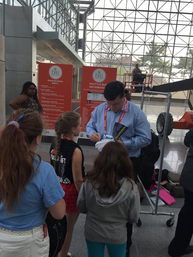 BEA2015-Autographing Aoleon Book for Kid Fans 03