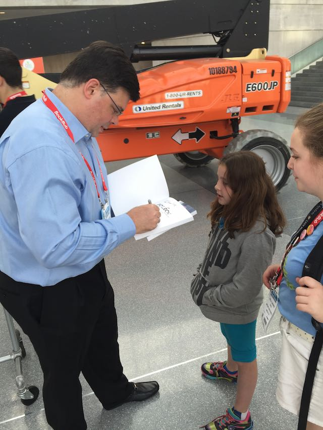 BEA2015-Autographing Aoleon Book for Kid Fans 04